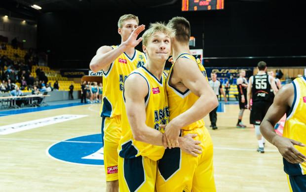 Filip Matczak (w środku) znów był najskuteczniejszym koszykarzem Asseco Gdynia w wygranym meczu ze Startem Lublin.
