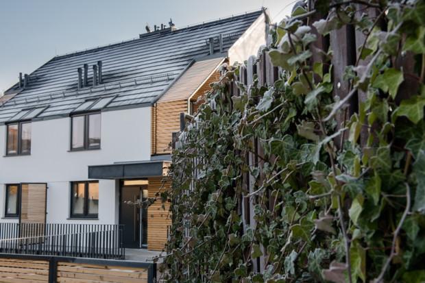 Nowy dom to wyższy koszt zakupu i wykończenia, ale brak wydatków na remonty i naprawy przez wiele najbliższych lat. W większości przypadków niższe są także koszty eksploatacji (ogrzewanie).