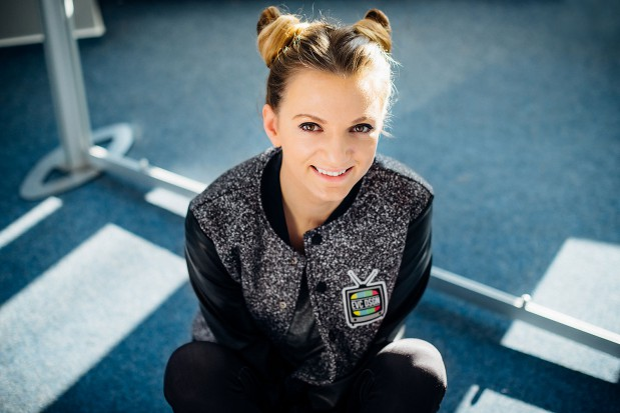 """Sarsa Markiewicz to piosenkarka, której debiutancki album studyjny  """"Zapomnij mi"""" ujrzał światło dzienne w sierpniu 2015 roku, uzyskując status złotej płyty."""