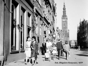 Rok 1968. Ulica Długa w Gdańsku. W tle widzimy zakład zegarmistrzowski Jóźwiaka.