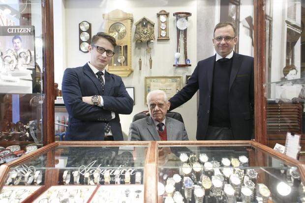 Od lewej: Artur Jóźwiak, Zbigniew Jóźwiak oraz Andrzej Jóźwiak. Historia ich zakładu zegarmistrzowskiego zaczyna się w 1954 roku na ul. Długiej 69. Dzięki kultywowaniu tradycji, biznes rodzinny trwa nieprzerwanie do dziś.