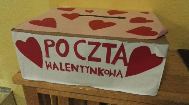 Gromadzone w takich skrzynkach pocztowych wyznania miłości i kartki w kształcie serca podczas szkolnych obchodów Dnia Zakochanych trafią do rąk adresatów.
