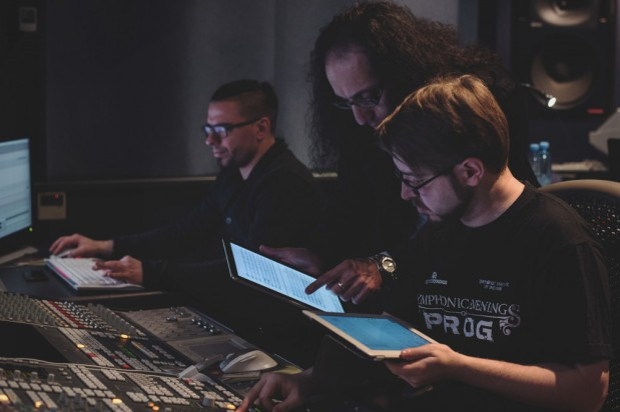 """Choć orkiestratorzy i aranżerzy pozostają często anonimowi, a z  ogromu ich zasług niewielu zdaje sobie sprawę, prawda jest taka, że bez nich przemysł muzyczny w ogóle by nie istniał. Na zdj. Michał Mierzejewski podczas pracy nad metalową wersją """"Czterech pór roku"""" Antonia Vivaldiego."""