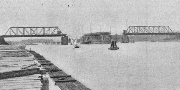 Jedyne zdjęcie ukazujące otwarty most kolejowy na Przeróbce. Widać tam także budki dla obsługi mostu, po których dziś już nie ma śladu. Zostały zdemontowane w latach 90.