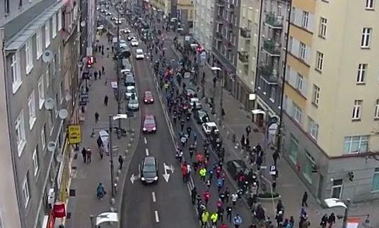 Sobotni Bieg Urodzinowy Gdyni - setki biegaczy i kilkanaście samochodów na ul. Świętojańskiej.