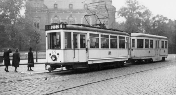 Przedwojenne zdjęcie składu z tramwajem Ring (pierwszy wagon). W tle widoczny jest Nowy Ratusz.
