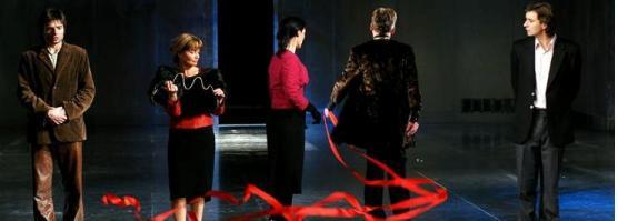 """Wystawa otwarta, elity wyśmiane. Scena ze spektaklu """"Portret Doriana Graya""""."""