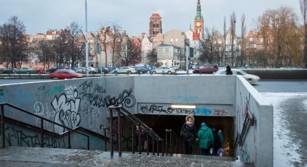 Na Podwalu Przedmiejskim (nz.) urzędnicy chcą przywracać przejścia dla pieszych w poziomie jezdni, ale tuż obok - na ul. Okopowej chcą, by piesi chodzili pod ziemią.