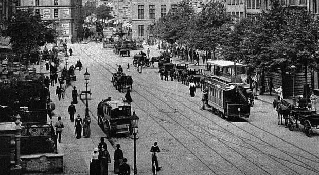 Piętrowy tramwaj konny na Długim Targu w 1893 r.