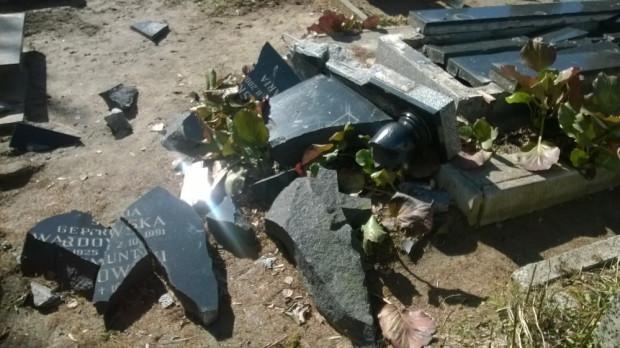 Kilka miesięcy temu na Cmentarzu Łostowickim doszło do zniszczenia jednego z nagrobków (na zdjęciu). Tym razem sprawcy poszli zdecydowanie dalej, po rozbiciu płyty wykopali trumnę i ukradli z niej zwłoki.
