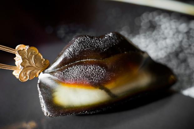 Black Lips (Usta) - naszyjnik z czarnym bursztynem wg projektu Wojciecha Kalandyka (bursztyn, srebro pozłacane, linka srebrna)