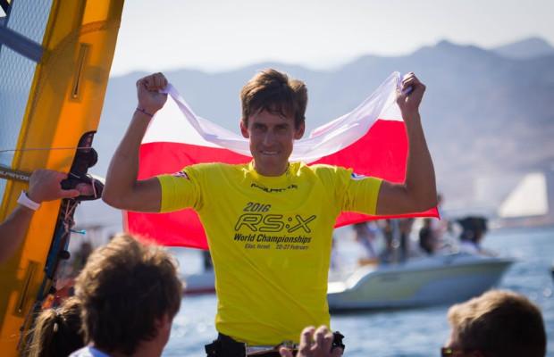 Piotr Myszka zdeklasował rywali, gdyż tak w windsurfingu można określić zdobycie złota na dzień przed zakończeniem regat.