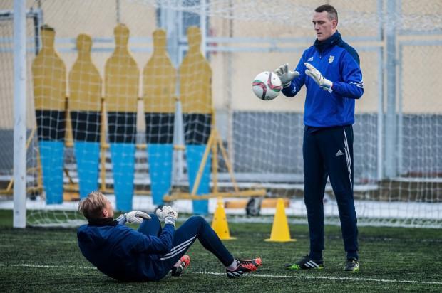 Piłkarze Wisły Płock nie pozwolili Konradowi Jałosze (z prawej) zakończyć zimowych sparingów bez puszczonego gola. Bramkarz Arki skapitulował po 325 minutach gry z czystym kontem.
