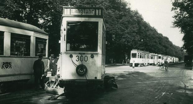 Wykolejenie tramwaju na al. Zwycięstwa na wysokości al. Hallera w 1941 r.