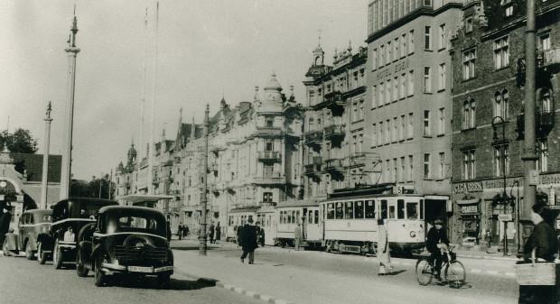 Przystanek tramwajowy na wysokości dworca głównego w 1942 r. Po lewej widoczny budynek, gdzie dzisiaj działa bar typu fast food. Kamienice po prawej, choć częściowo przetrwały wojnę, zostały zburzone dla poszerzenia Podwala Grodzkiego.