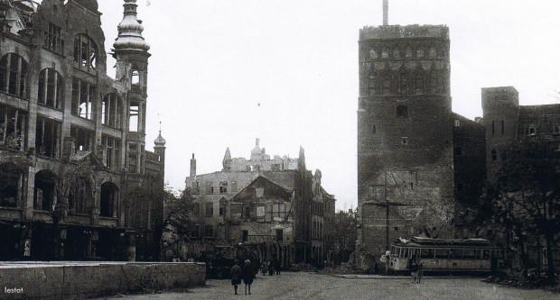 Fragment Targu Węglowego w 1945 r. Niemożliwe jest, by tramwaje tutaj mogły dotrzeć jeszcze w czerwcu ze względu na uszkodzony wiadukt Błędnik i znaczne zniszczenia torów w Śródmieściu. Widoczny na zdjęciu tramwaj został uszkodzony jeszcze w trakcie działań wojennych.