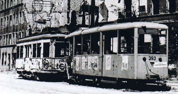 Ulica Szeroka w 1945 r. Wagon doczepny o numerze 393 produkcji wojennej stanowił później pierwowzór dla Konstali N z Chorzowa.