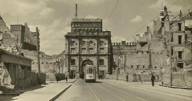 Tramwaj na ul. Długiej w 1947 r. 12 lat później ruch pojazdów szynowych przekierowano na Podwale Przedmiejskie.