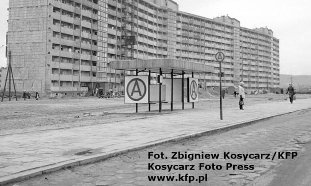 """Nowy model wiaty przystankowej wprowadzony w latach 70. Nz. konstrukcja ustawiona na przystanku autobusowym, ale podobne - z literą """"T"""" - stosowano także na przystankach tramwajowych."""