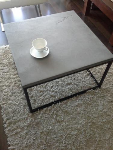Istnieje szeroka gama produktów wykonywanych z betonu. Zaliczamy do nich blaty, stoliki kawowe, donice czy meble łazienkowe.