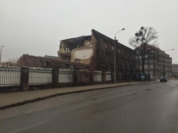 Z budynku przy ul. Wałowej pozostanie tylko fragment elewacji, który będzie wkomponowany w nową zabudowę. Jeszcze niedawno budynek podlegał ochronie.