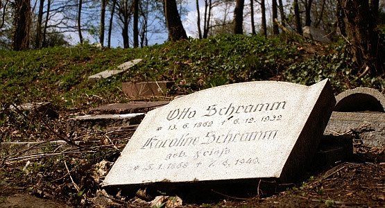 Rozbite nagrobki na cmentarzu krematoryjnym przy ul. Traugutta. Studenci PG, jeszcze pod koniec lat 60. ćwiczyli  w tym miejscu  rzut granatem !