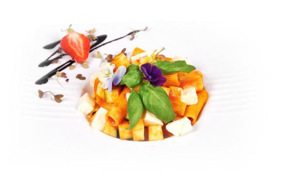 Rigatoni z cukinią i mozarellą w Malinowym Ogrodzie - restauracji lubianej nie tylko przez mieszkańców Osowy.