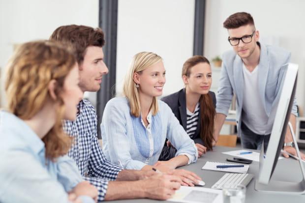 Jednym z elementów, których uczy się stażysta, jest praca w zespole. Uczelnie nadal nie przykładają odpowiedniej wagi do tej kompetencji.