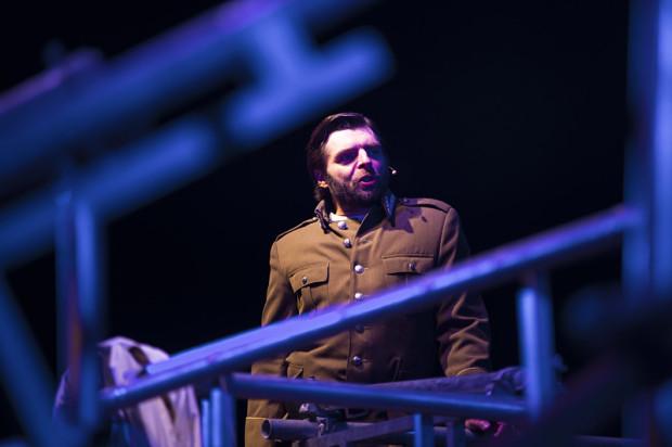 Najciekawszą rolę stworzył Grzegorz Falkowski (przez kilka lat aktor Teatru Wybrzeże) - w roli Koryfeusza - bezwzględnego doradcy Kreona i śliskiego komunistycznego aparatczyka.