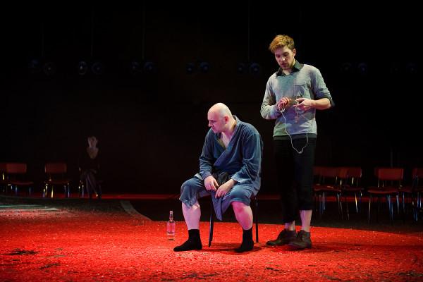 """Najwięcej spektakli zawierających sceny rozbierane znajdziemy w Teatrze Wybrzeże. Jednym z tych, gdzie nagość jest uzasadniona, jest """"Broniewski"""" w reż. Adama Orzechowskiego, w którym przez kilka minut tytułowy bohater, grany przez Roberta Ninkiewicza, nie ma żadnego odzienia."""