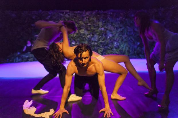 """Jednym ze spektakli Teatru Wybrzeże, gdzie nagość użyta jest jako środek opresji wobec bohaterów i widzów są """"Amatorki"""" w reż. Eweliny Marciniak."""