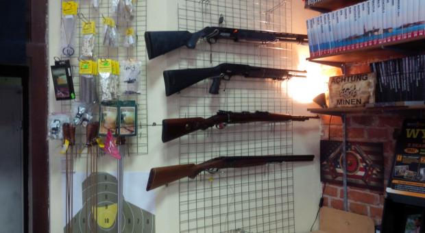 Mężczyźni chcieli kupić broń bez pozwolenia, proponując sześciokrotnie wyższą cenę.