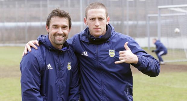 W tym roku Gaston Sangoy (z lewej) po raz pierwszy zetknie się z polską Wielkanocą. Poznać ją pomoże mu inny piłkarz z Ameryki Południowej, Brazylijczyk Alan Fialho (z prawej).