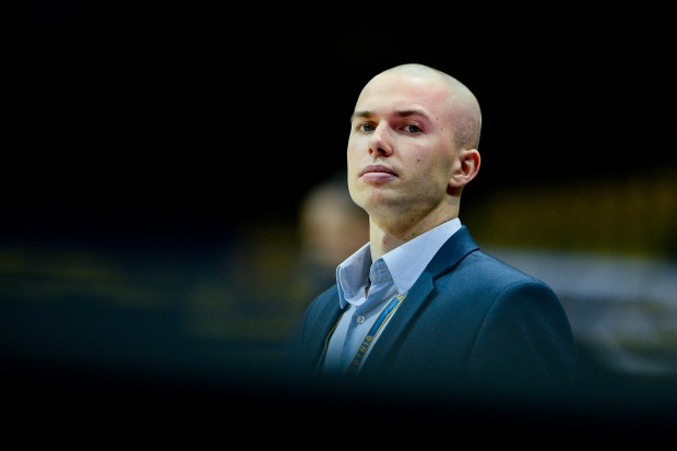 Kamil Sadowski, który w zeszłym sezonie wszedł do ligi jako asystent w Asseco, w sobotę pokonał byłą drużynę prowadząc AZS Koszalin. To jego pierwsze zwycięstwo w roli szkoleniowca na zawodowych parkietach.