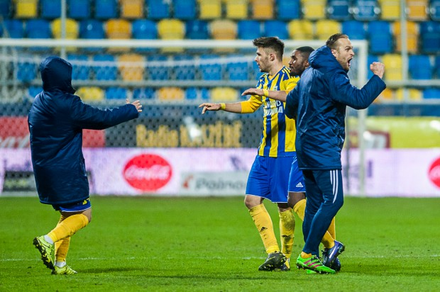 Piłkarze Arki mają powody do zadowolenia. W dwóch ostatnich sezonach drużyny, które otwierały tabelę I ligi po 23. kolejce, na koniec rozgrywek zdobywały awans. Na zdjęciu od prawej: Antoni Łukasiewicz, Yannick Sambea, Dariusz Formella i Michał Nalepa.