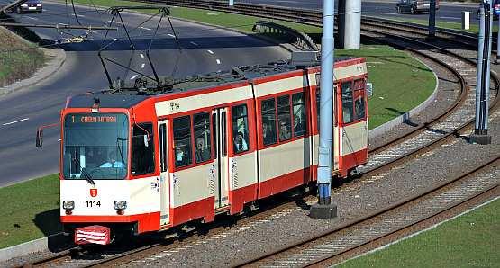 Ulewa i zniszczenie wałów w centrum miasta mają też dobre strony - trasy tramwajów z Chełmu zostały zmienione tak, jak chciała większość pasażerów.