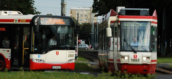 Na proponowanej zmianie cen biletów skorzystają posiadacze biletów miesięcznych (70 proc. przejazdów), stracą jeżdżący na najkrótszych trasach (11 proc. przejazdów).