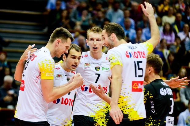 Gdyby nie dobra gra rezerwowych Przemysława Stępnia (drugi od lewej) oraz Damiana Schulz (nr 7) ich koledzy nie mogliby cieszyć się z utrzymania 4. pozycji w tabeli PlusLigi.