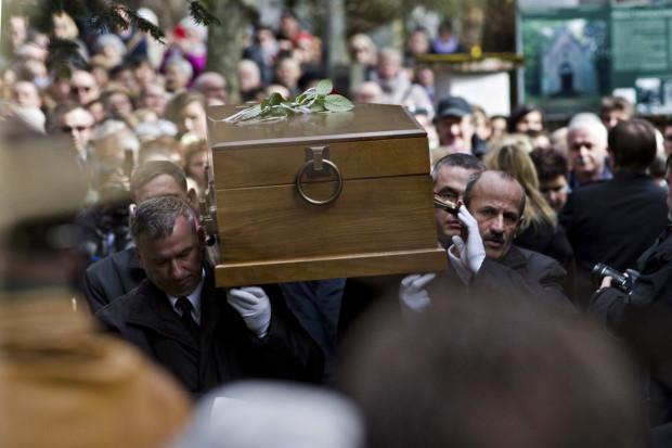 Podczas pogrzebu ks. Kaczkowskiego ludzie nie mieścili się w kościele, a nawet przed nim i na cmentarzu. Żegnały go tysiące osób.