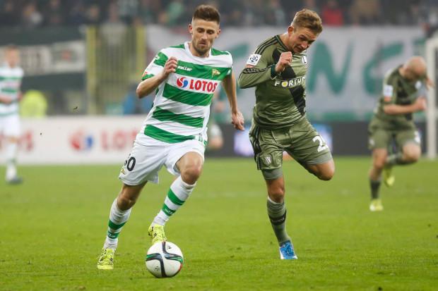 Grzegorz Kuświk strzelił gola na wagę remisu Lechii w Warszawie. Na zdjęciu napastnik w pojedynku z Jakubem Rzeźniczakiem.