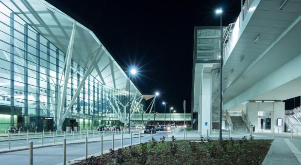 Badania będą prowadzone także wśród użytkowników portu lotniczego. Nz. po lewej nowy terminal, po prawej przystanek Pomorskiej Kolei Metropolitalnej.