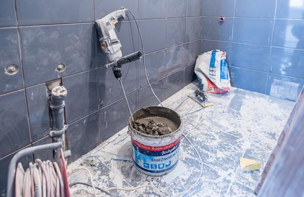 Poważniejsze prace są prowadzone przez budowlańców, którzy nadzorują także pozostałe etapy remontu.