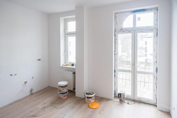 Bez ścian, podłóg i elementów wykończeniowych - takie mieszkanie zostawili swoim podopiecznym pracownicy MOPS. By w nim zamieszkać prowadzą prace wykończeniowe. Sprzęt i meble mają dostarczyć gdyńskie firmy.