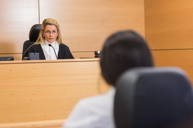 Jeśli osoba, na rzecz której zapisana była w testamencie służebność zrzecze się jej w czasie otwarcia testamentu, to nie zostaje wpisana do księgi wieczystej i właściciel nieruchomości nie ma wobec niego żadnych zobowiązań.