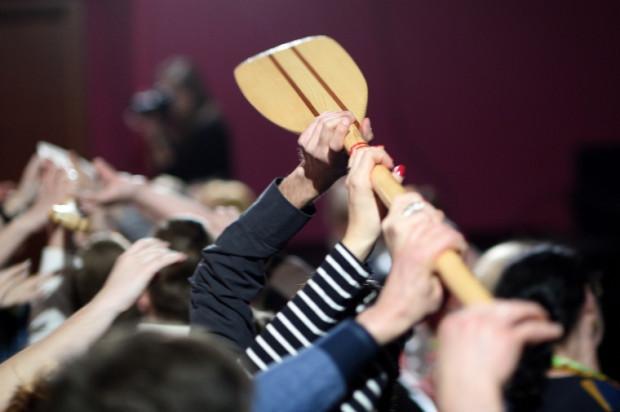 """Tegoroczny Gdański Festiwal Impro """"Podaj Wiosło"""" zainaugurowała symboliczna sztafeta trzech wioseł przekazywanych z rąk do rąk przez publiczność."""