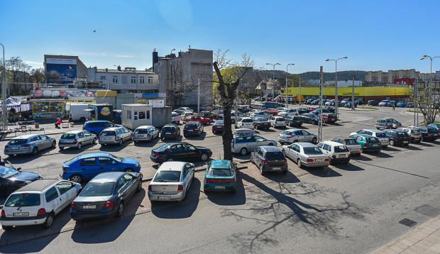 """Na pl. Dworcowym obecnie obowiązuje komunikacyjna """"wolna amerykanka"""". Dominują przede wszystkim samochody."""