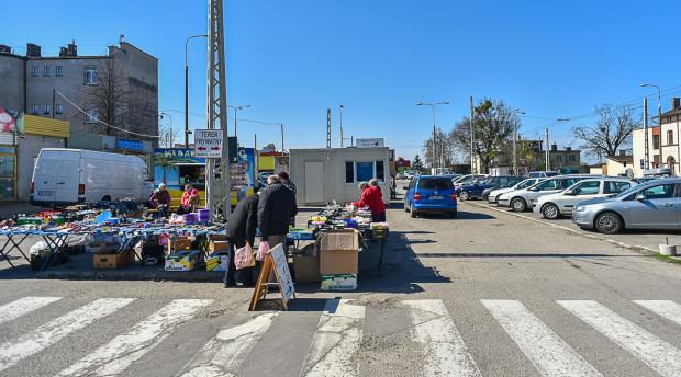 Obok SKM Chylonia można wciąż znaleźć sprzedawców ze straganami.