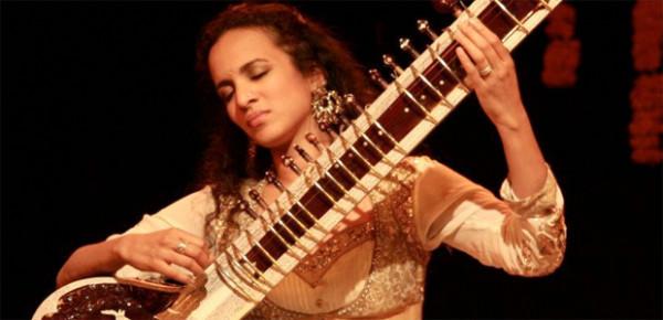 Występowała z filharmonikami berlińskimi, nowojorskimi, z LA, Bonn, Lipska. Była czterokrotnie nominowana do nagrody Grammy. Zdobyła mnóstwo nagród, wyróżnień, rzesze wielbicieli. W niedzielę 24 kwietnia o godz. 19 w Filharmonii Bałtyckiej Anoushka Shankar wystąpi do publiczności Siesta Festivalu. Będzie to pierwsza wizyta artystki w Polsce.