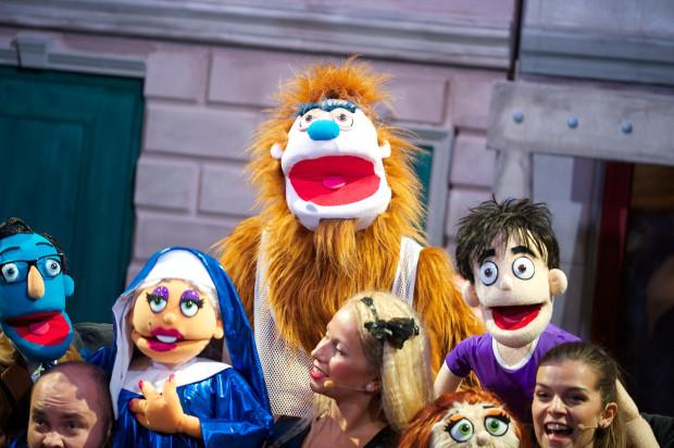 """W ramach tegorocznej akcji """"Bilety za grosze"""" Teatr Muzyczny zaprasza na spotkanie z muppetami z """"Avenue Q""""."""