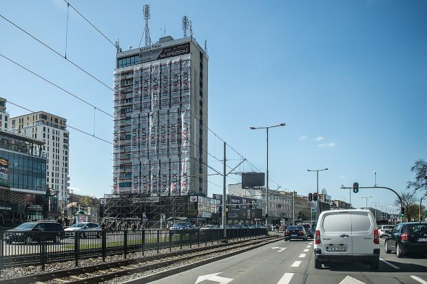 """""""Dolarowiec"""", czyli pierwszy gdański """"drapacz chmur"""" przechodzi właśnie ostatni etap remontu elewacji."""